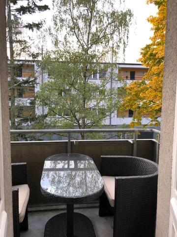 ruhiger möbelierter Balkon