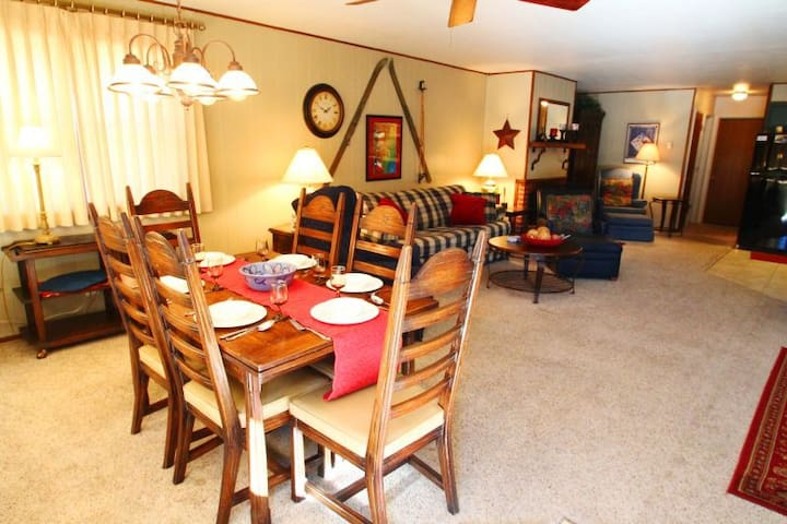 Ski View Condo #14 - Ski Views!, In Town, Single Level, King Bed, WiFi, Game Room, Laundry - Red River - Apartment