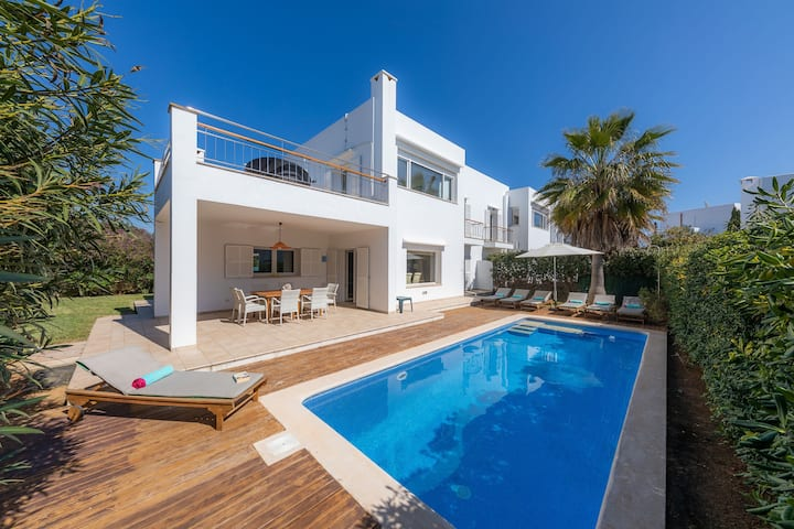 Air-conditioned Holiday Home with Mountain View, Pool, Garden, Terrace and Wi-Fi