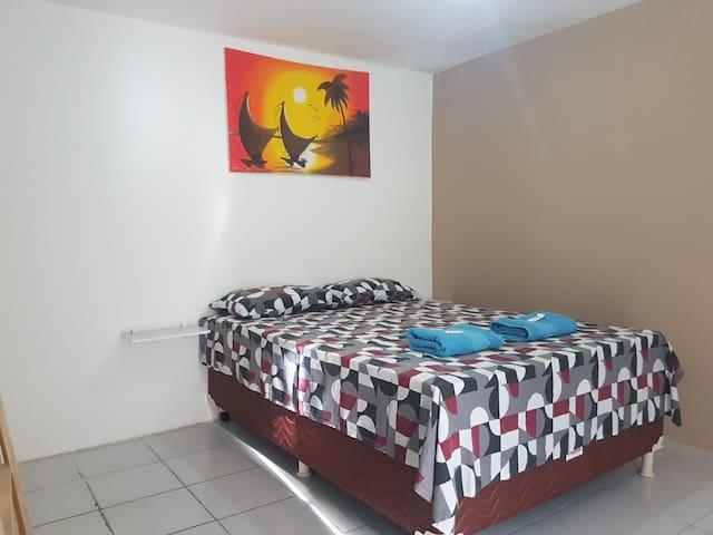 Quarto 3, cama casal com ar e banheiro privativo