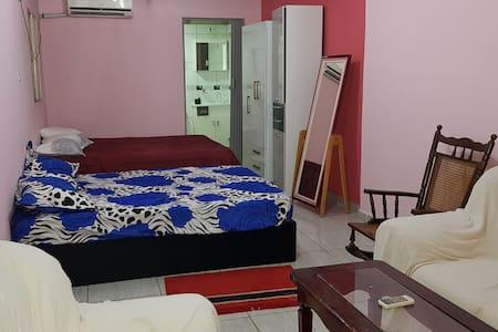 Departamento 3 camas matrimonial y cocina-comedor.