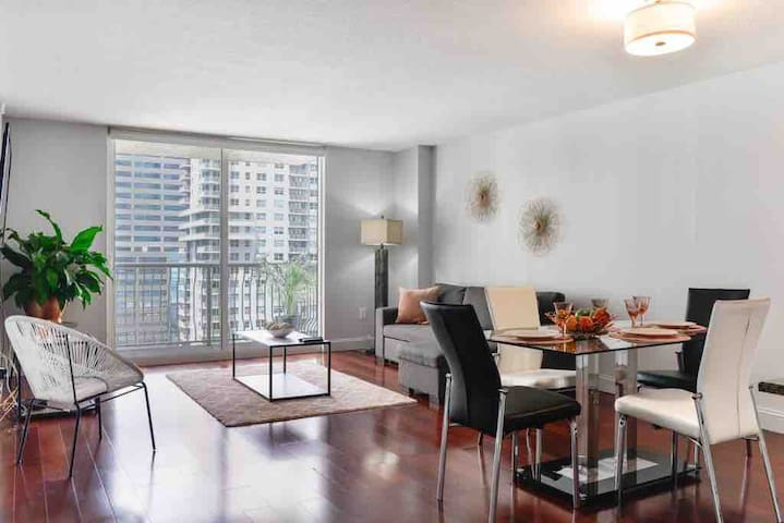 Heart of Brickell, Luxury Apt, parking included.
