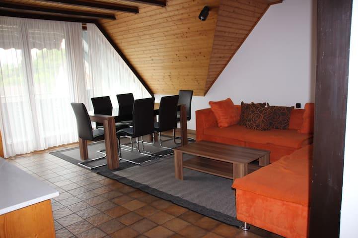 Helle Dachgeschoss-Wohnung (3-5 Personen)