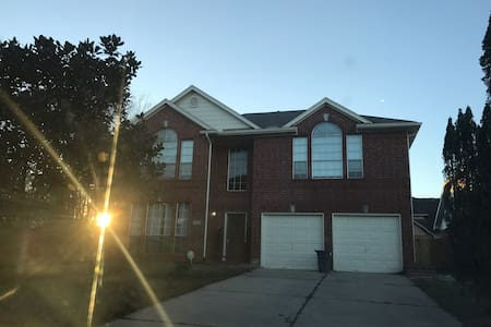 Cozy home in Houston area hot spot - Friendswood - Ház