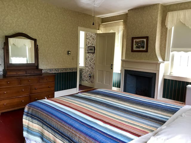 Historic 1805 Ivy Hall - -Private Room