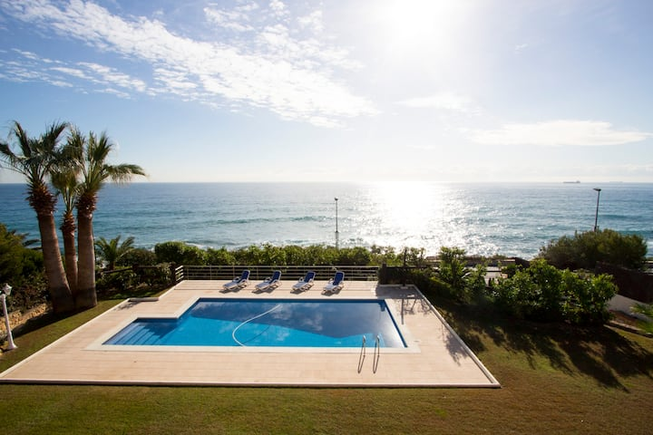 Catalunya Casas: Luxury 5-bedroom beachside villa in Tarragona!