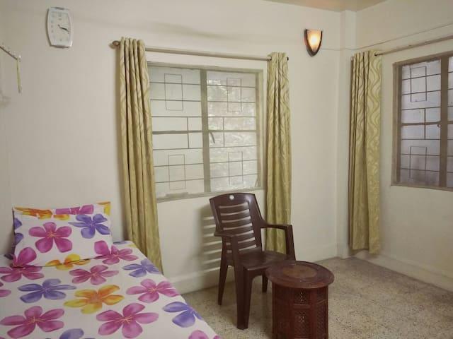 Lovely & clean room near Osho Resort for women - Pune - Appartement