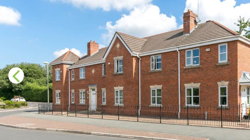 Beautiful 2 bed flat on the canal at Appley Bridge