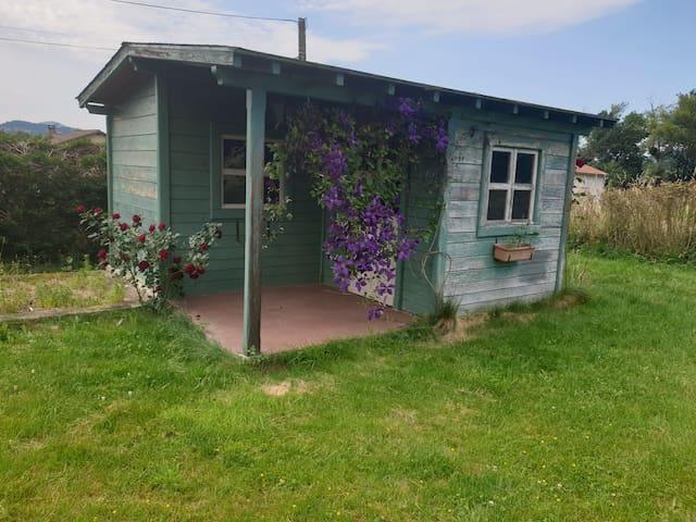 Cabane de jardin double couchage en location pour randonneur cycliste ou motard de passage