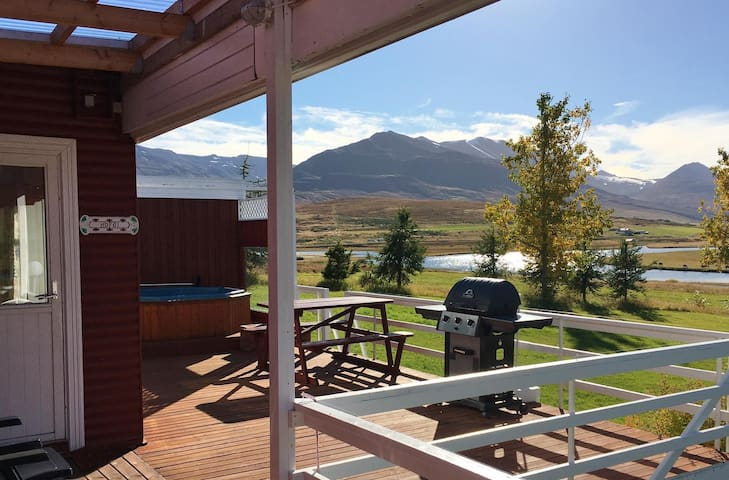 Elsti Cottage | Jacuzzi, barbecue, patio and an amazing view