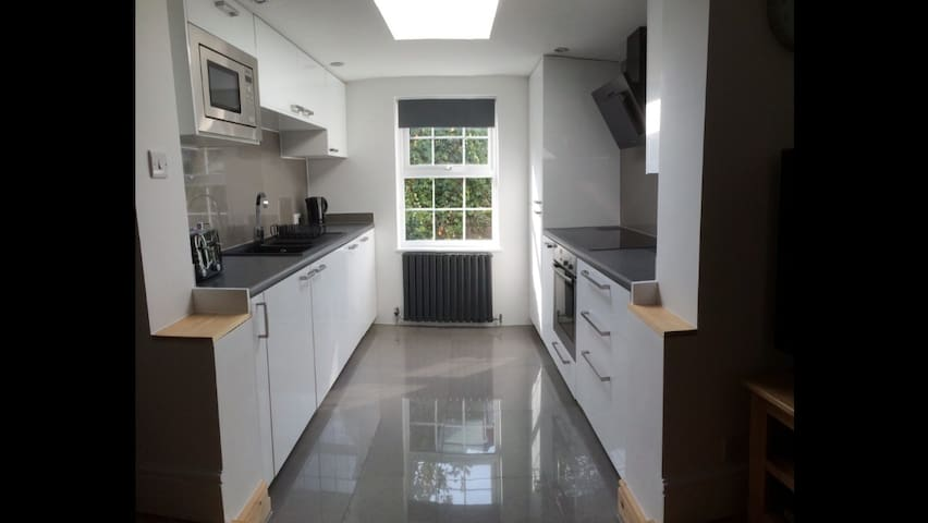 A fully kitted-out kitchen with dishwasher