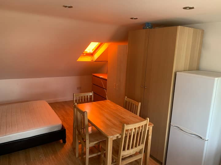 Loft studio flat 16 mins to Ilford Train St (129K)