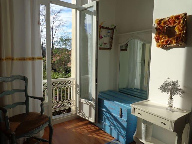 Chambre bleue (queen bed)  calme avec vue jardin - Hyères - Bed & Breakfast