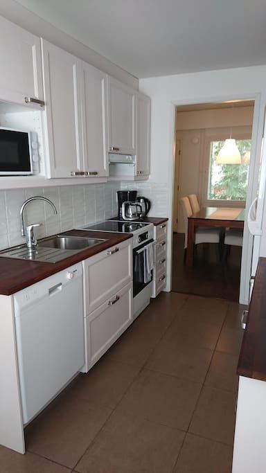 Keittiössä jääkaappi, pakastin, astianpesukone, mikroaaltouuni, hella sekä kahvin- ja vedenkeitin.
