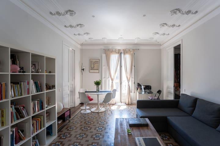 Sunny double room with private bathroom P.Gracia - Barcelona - Daire