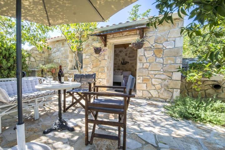 """Danae"" Studio with pool and private garden"