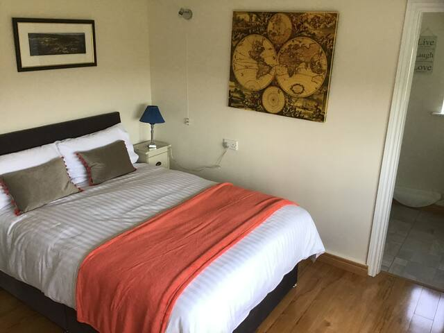 Lovely double with en-suite shower room