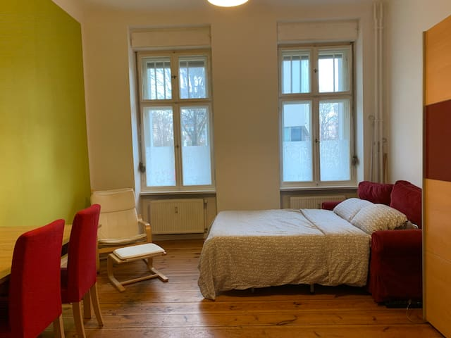 Large sunny room in Alt-Treptow