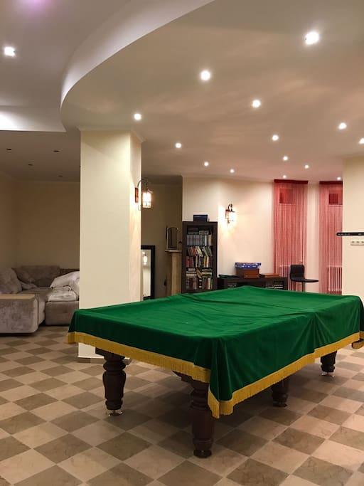 бильярд, барная стойка и диван для отдыха