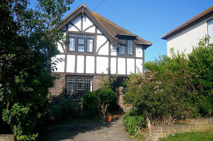 3 bed detached country house 4 miles from Brighton