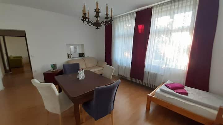 Großzügige 2-Zimmer-Wohnung auf Gutshof (RZ)