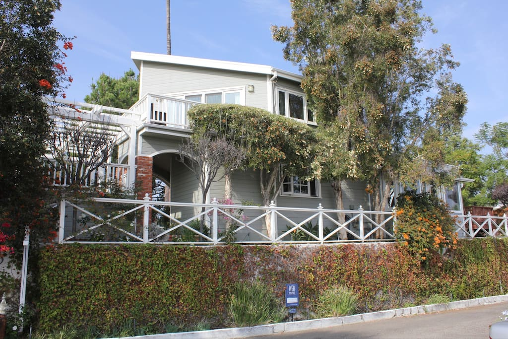 Charming 3 beds - 2 bath house with gorgeous city, mountain and canyon views