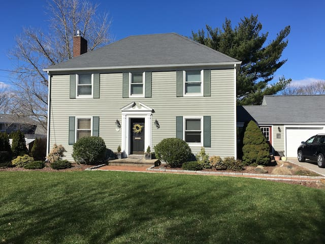 Convenient Colonial - Trumbull - House