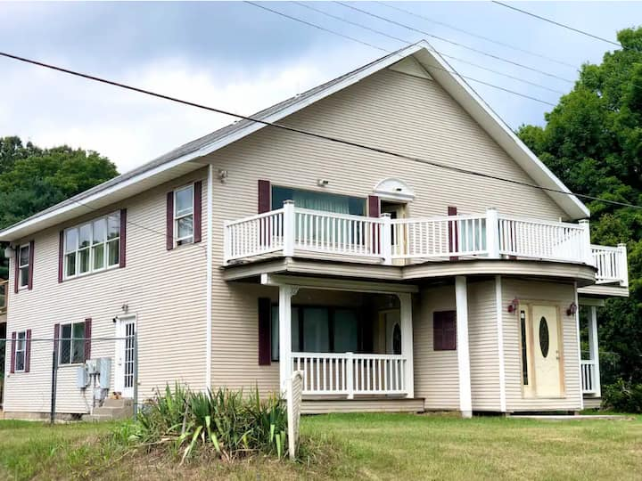 Relaxing getaway 5BD home close to Wineries & Lake