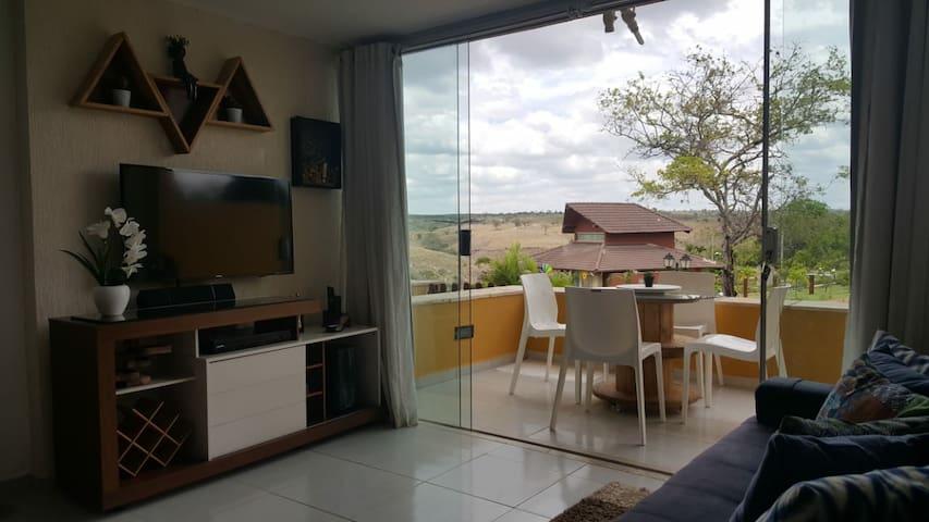 Sala de estar com smart TV,  TV a cabo Sky e uma bela vista para o lago e as montanhas.