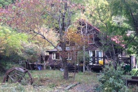 貸切ログハウス、秘境の隠れ家。まるでプライベートキャンプ場!里山に囲まれて至福の時間を。Wifi完備