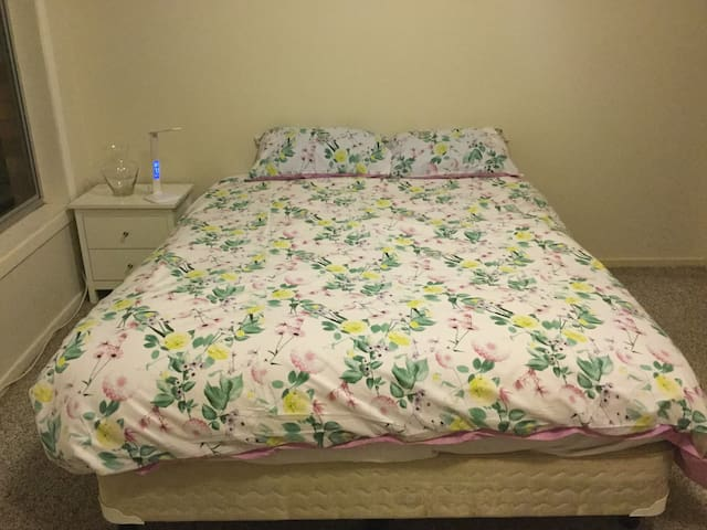 Magnolia suite, Queen size bed minutes to CBD/Uni
