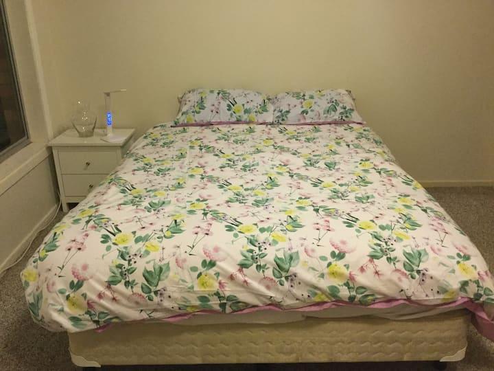 Magnolia suite, Queen size bed minutes to CBD/Uni