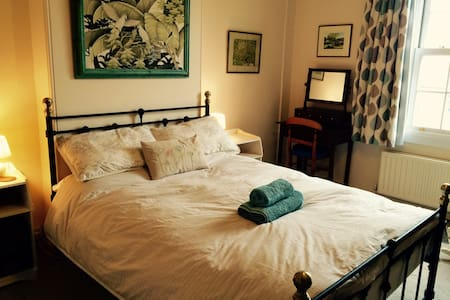 Light, spacious double room in Victorian house - Stamford - Σπίτι
