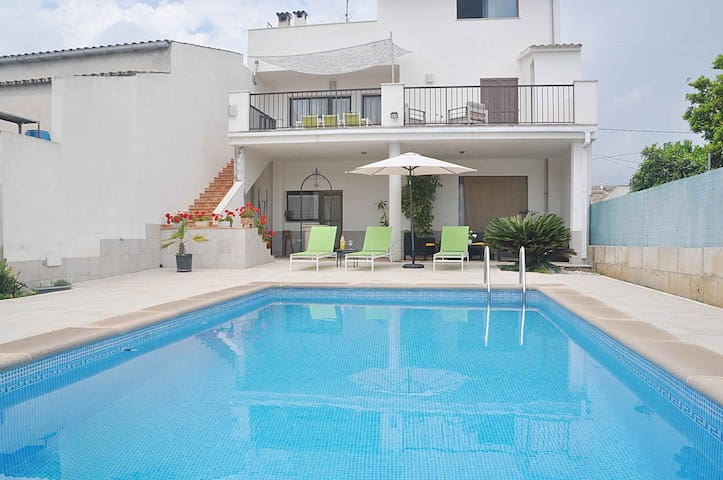 Holiday townhouse S'Aigua with private pool in Llubi