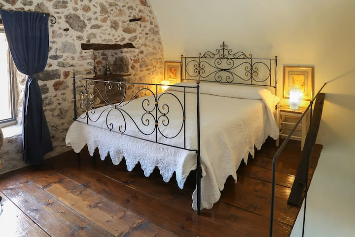 Room in ancient stone tower in Lenidion. - Leonidio - House
