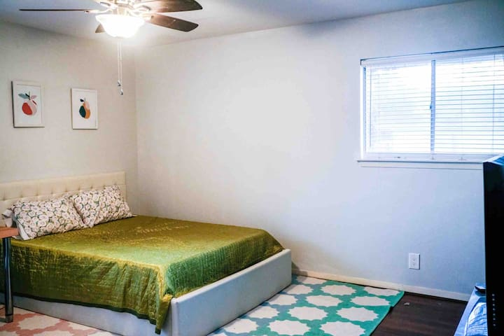 Quiet Master Room - Private Bath - East ATX House