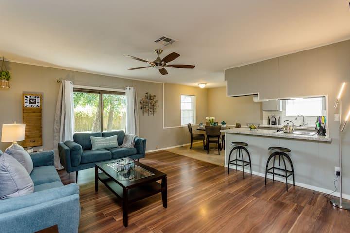 The Red Door Sunflower - Updated Home in Houston