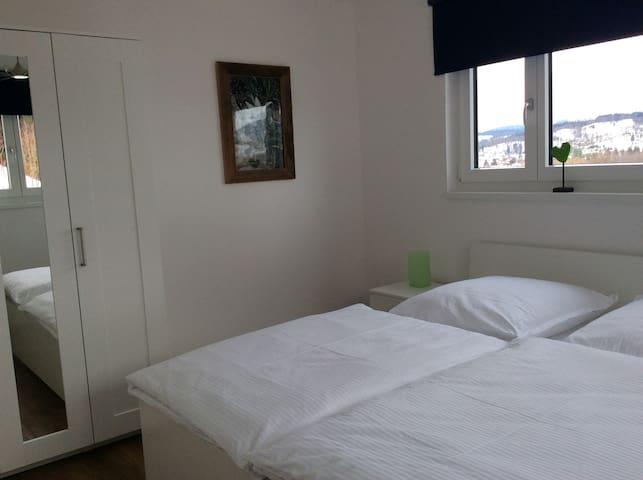 Schlafzimmer mit Doppelbett 1,80x2,00m