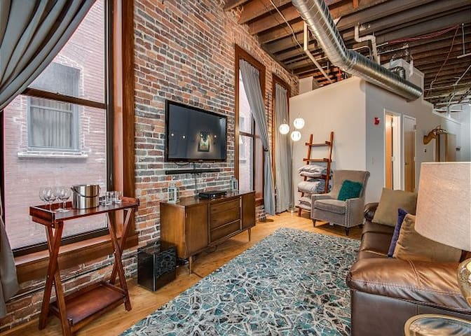 Rare Find, Luxury1820's Loft Steps to Honky Tonks!