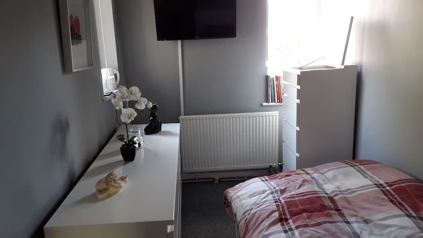 Newly decorated single room with smart tv/dvd