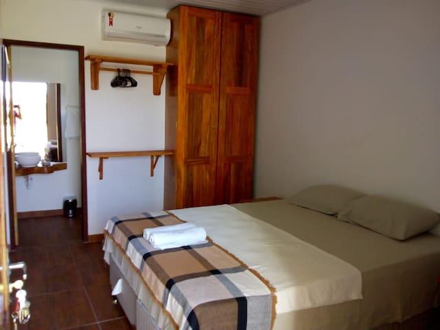 Quarto principal com cama de casal queen ,tv com vários canais.