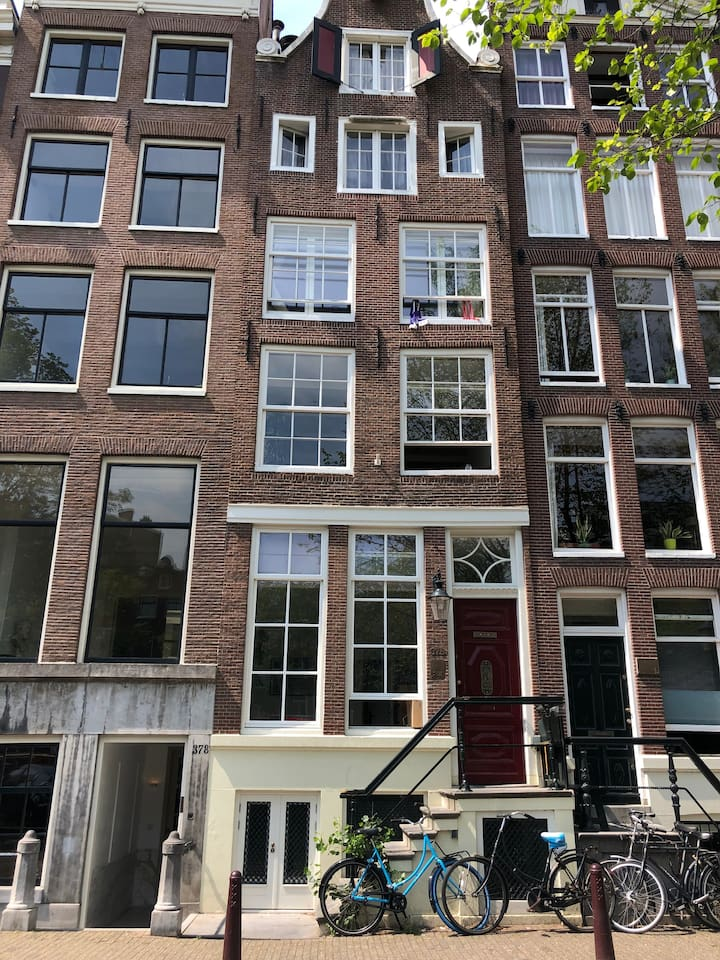 Canal appartment in the middle of the city centre. Next to the famous Van Stapele Cookies.