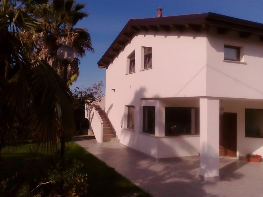 Intera casa: dalle scale si accede alla mansarda