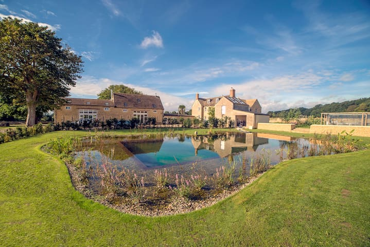 Luxury, new barn conversion in Cotswolds with pool