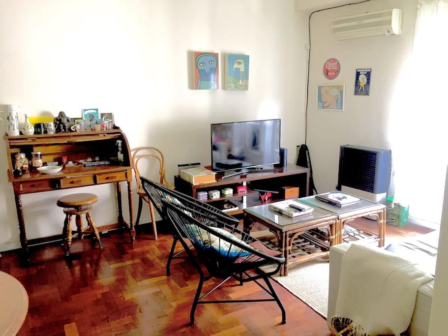 "Living-room. Smart TV, 42"", Netflix."