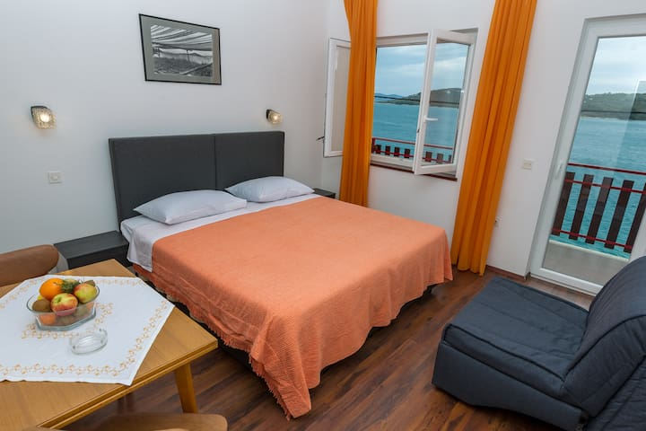 seafront triple bedroom overlooking the bay