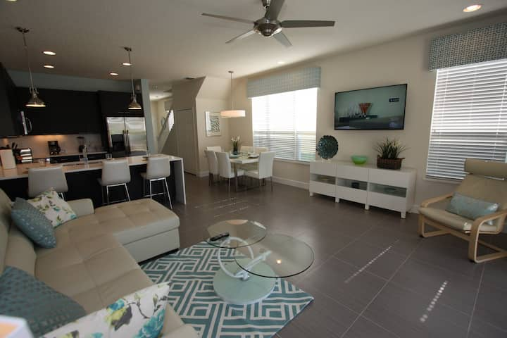 New!  Deluxe Townhouse with pool area TV!.