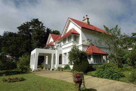 Hylands. A Grand Hilltop Bungalow - Nuwara Eliya - Bed & Breakfast
