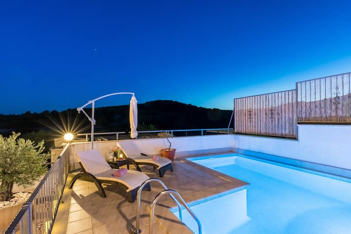 BRAČ FAMILY HOUSE, HEATED POOL