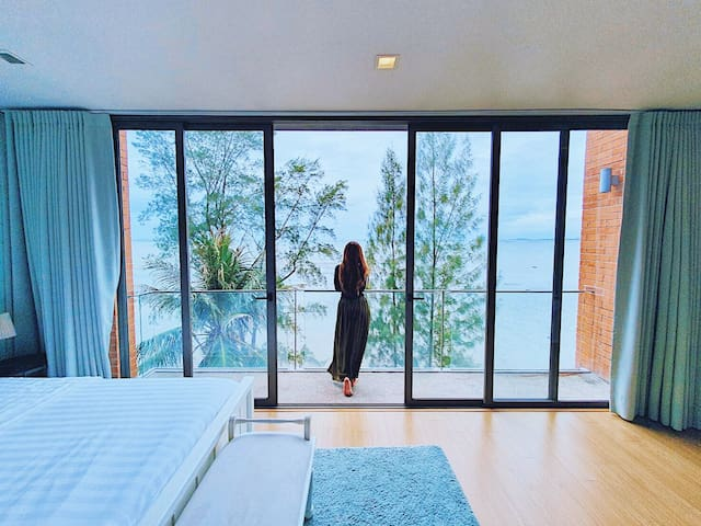 MODERN BLUE BEACHFRONT POOL VILLA, North Pattaya.